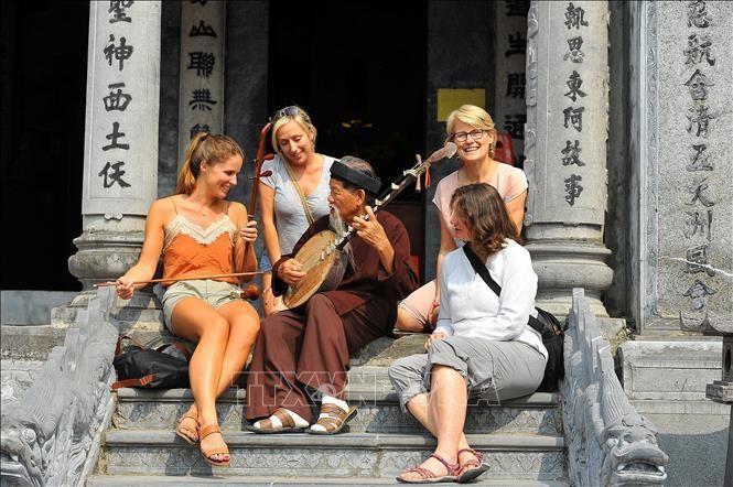 Du khách nước ngoài thích thú với nhạc cụ dân tộc Việt Nam