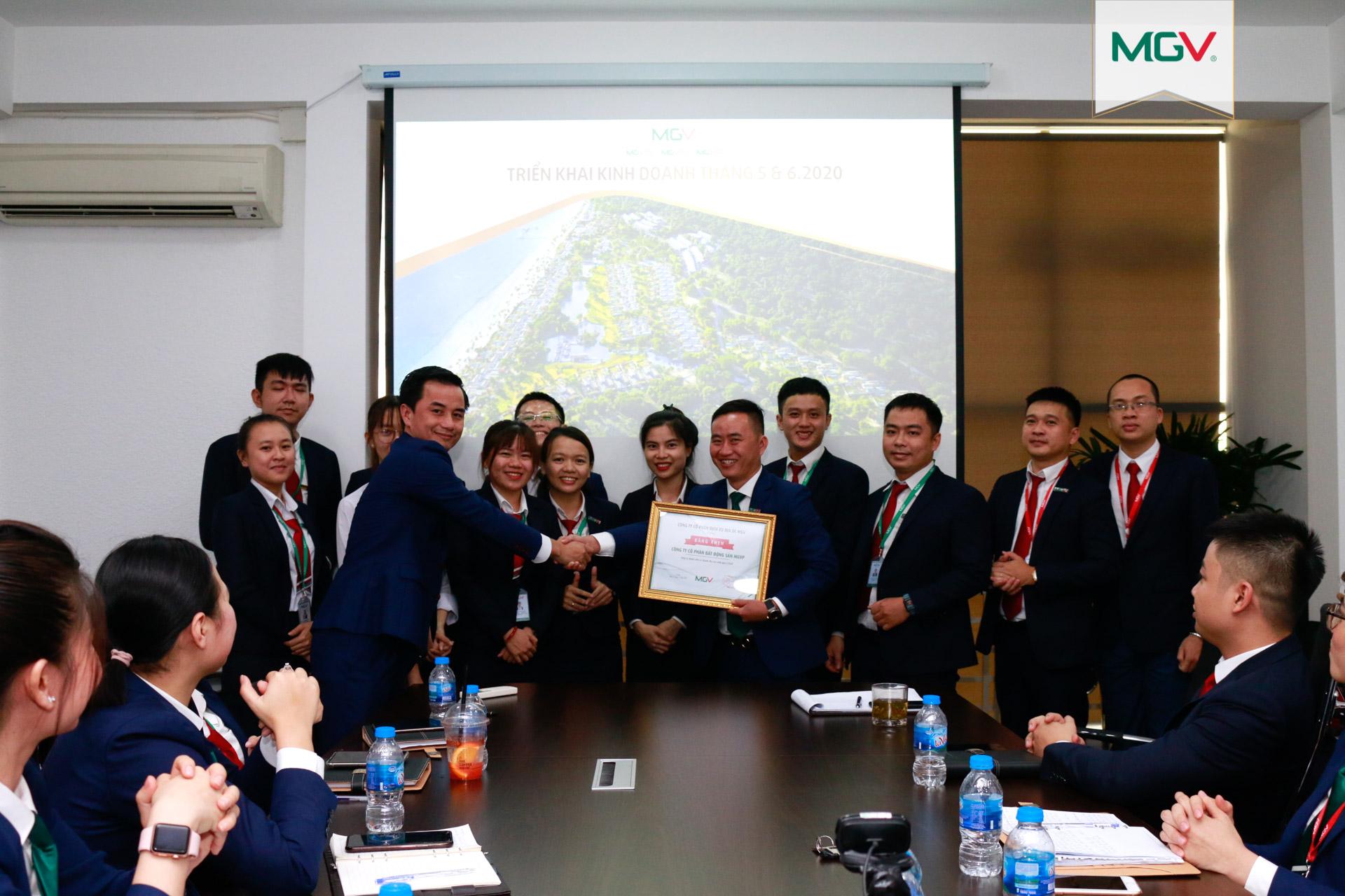 Tập thể MGV.P với thành tích Công ty thành viên xuất sắc nhất Quý 1-2020 (4-5-2020)