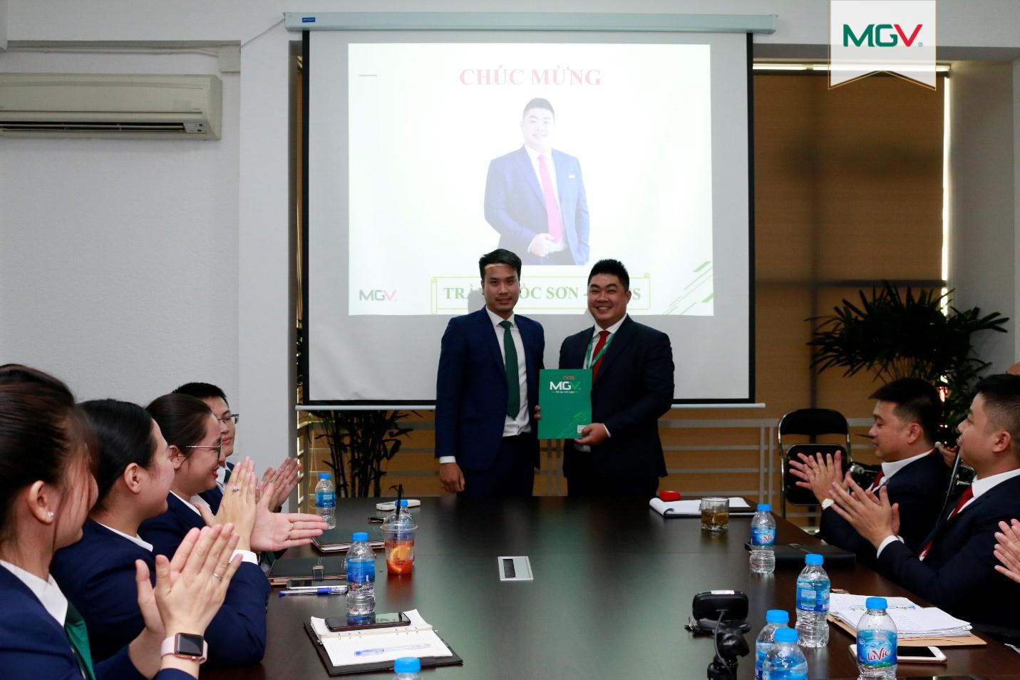 Trao hợp đồng lao động chính thức cho anh Trần Quốc Sơn – MGV.S (4-5-2020)
