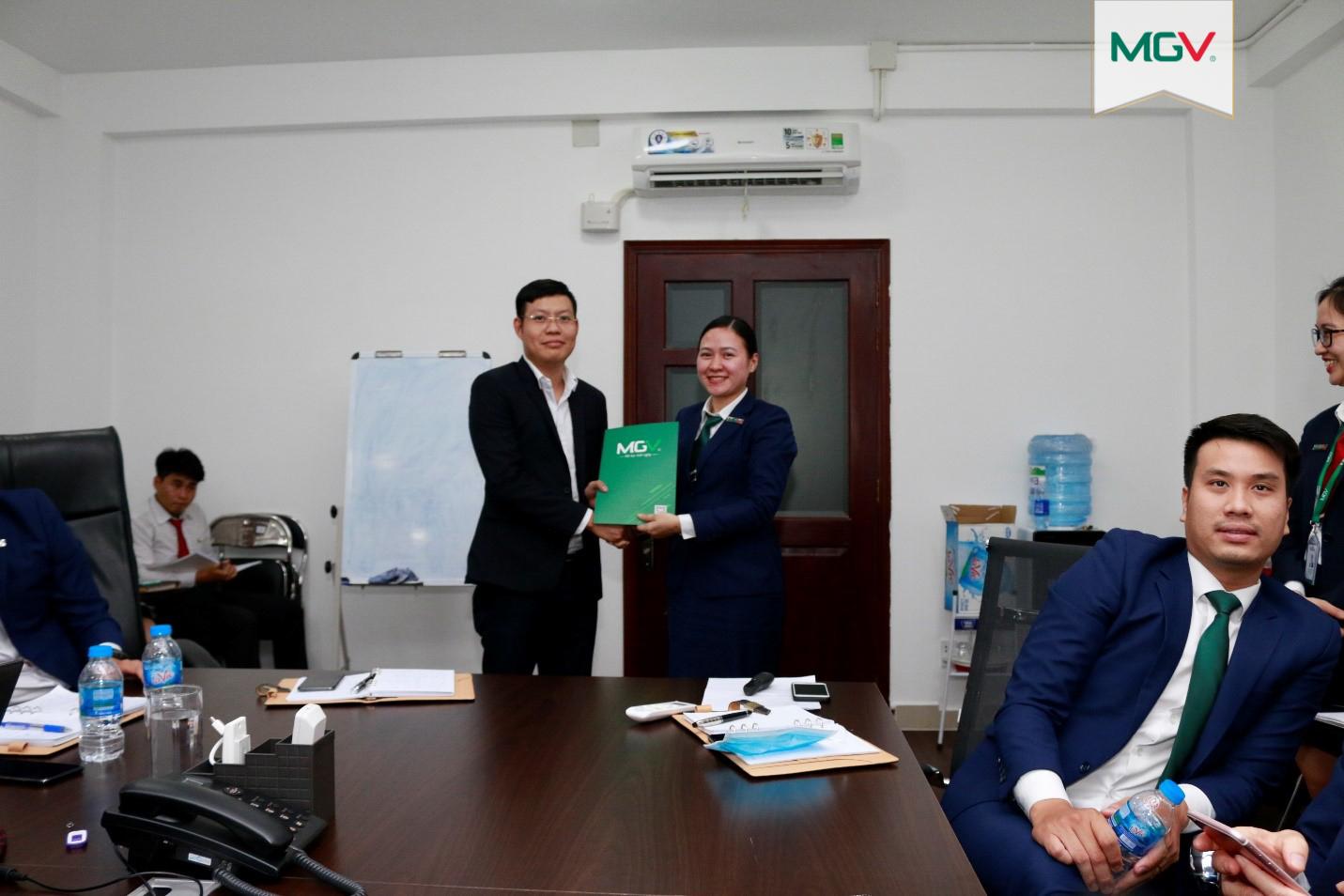 Trao hợp đồng thử việc cho anh Nguyễn Văn Thanh – MGV.N (4-5-2020)