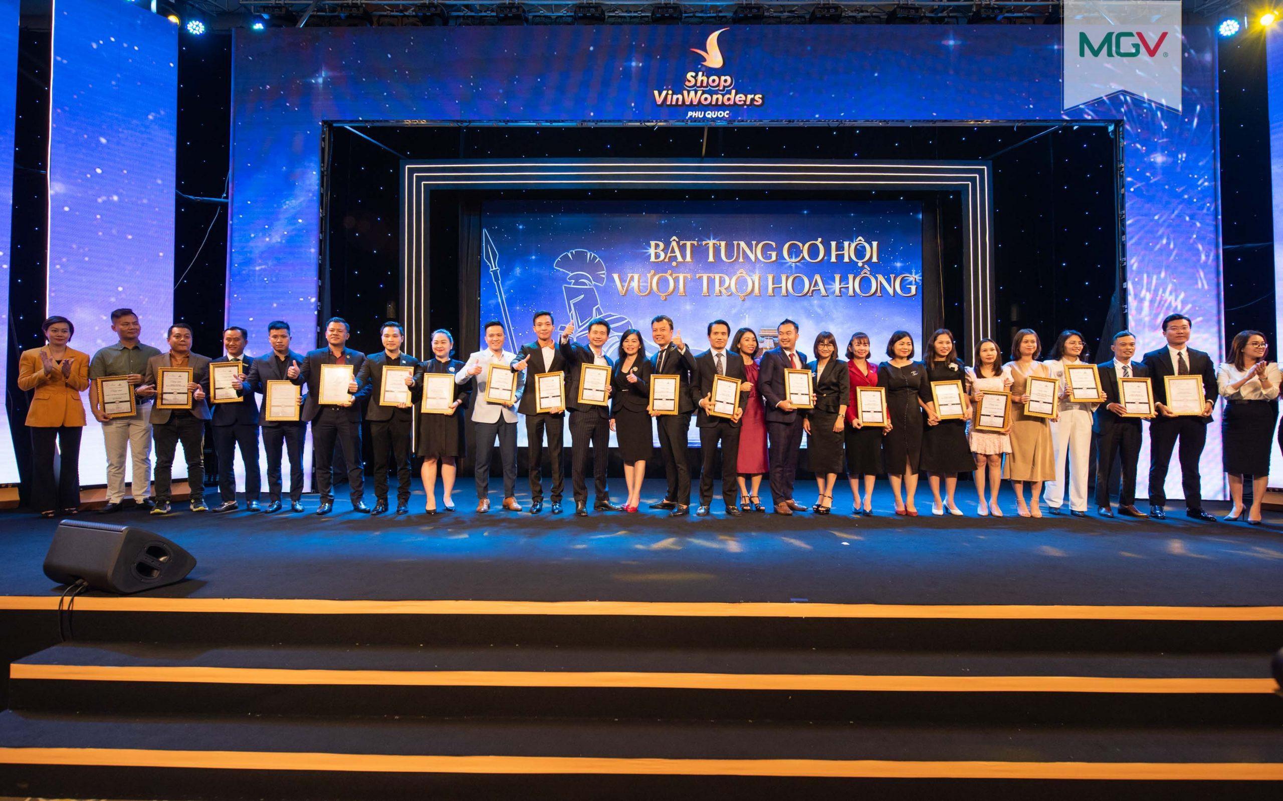 Ông Phan Thanh Thịnh - Đại diện MGV nhận Chứng nhận đại lý phân phối chính thức dự án VinWonders Phú Quốc